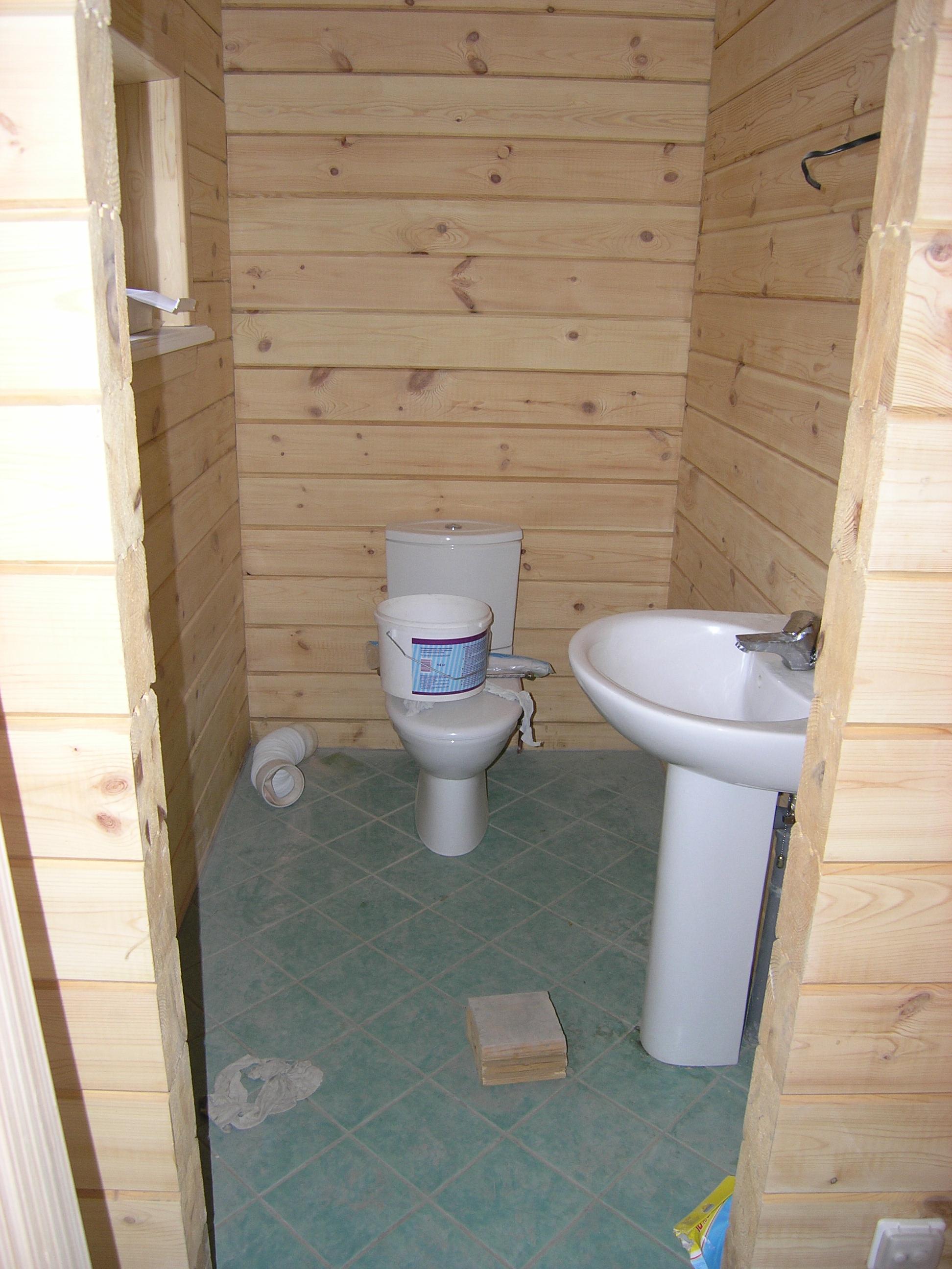 Как устроить санузел вдеревянном доме: требования кперекрытиям, конструкции стен ипола
