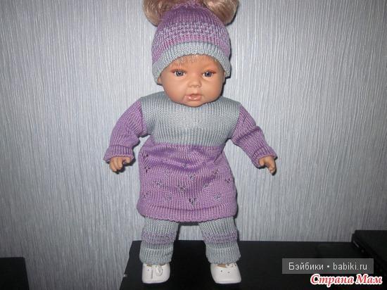 Вязанный пестрый костюм на куколку-пупса ростом 25 см — своими руками