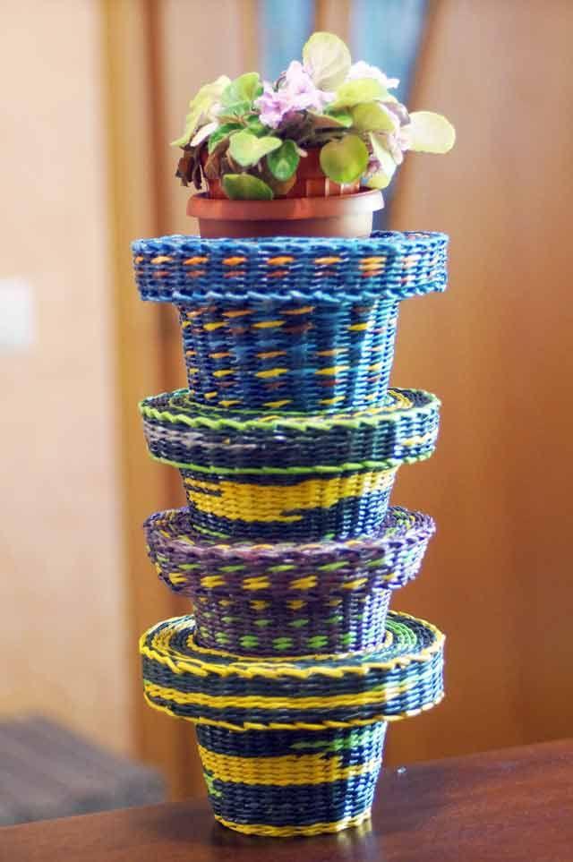 Объемный чехол-кашпо для цветочного горшка - плетение из газет