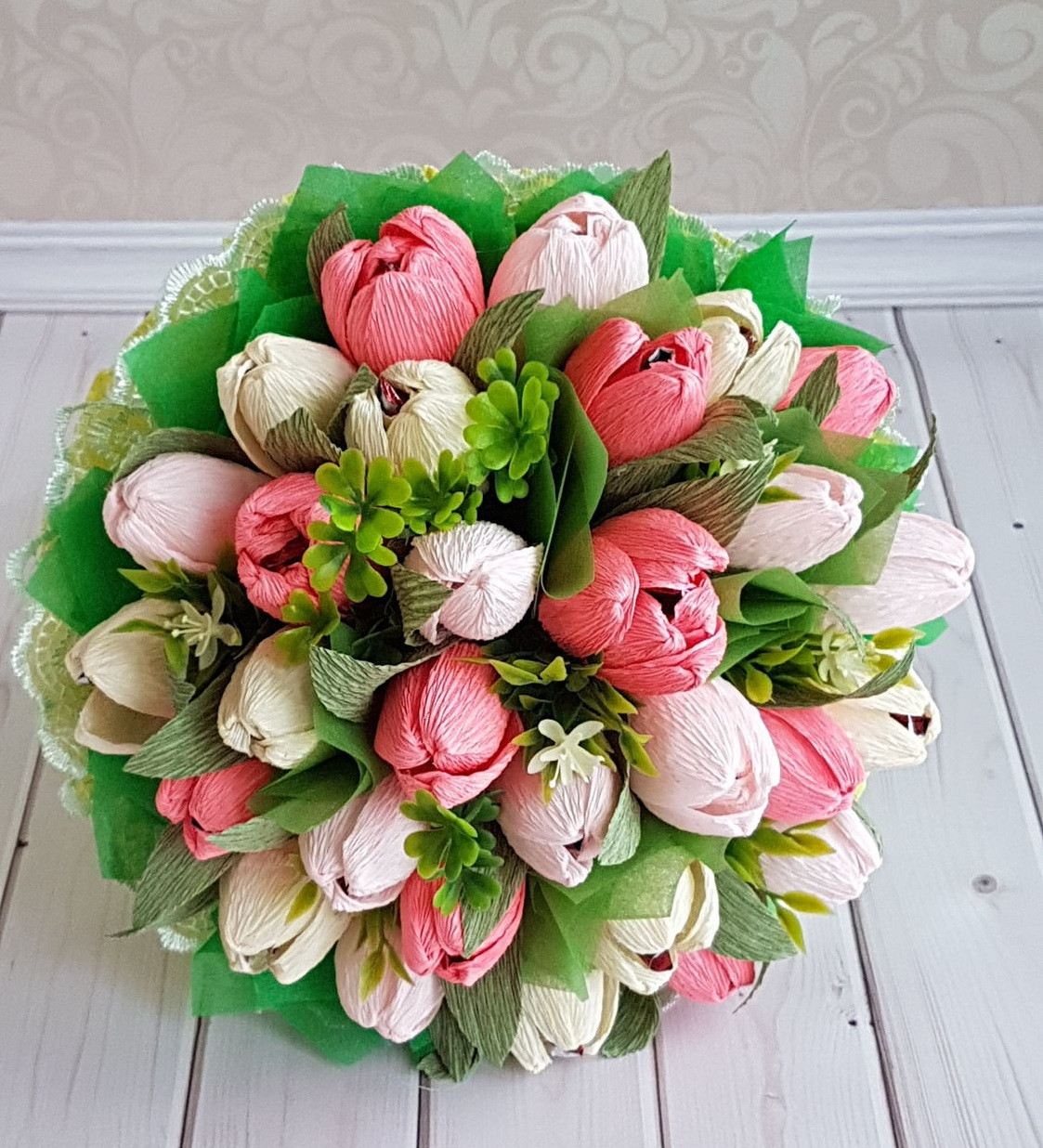 Букеты из конфет своими руками — пошагово: сладкие тюльпаны и розы в корзине. мастер-класс изготовления букетов из рафаэлло (фото)