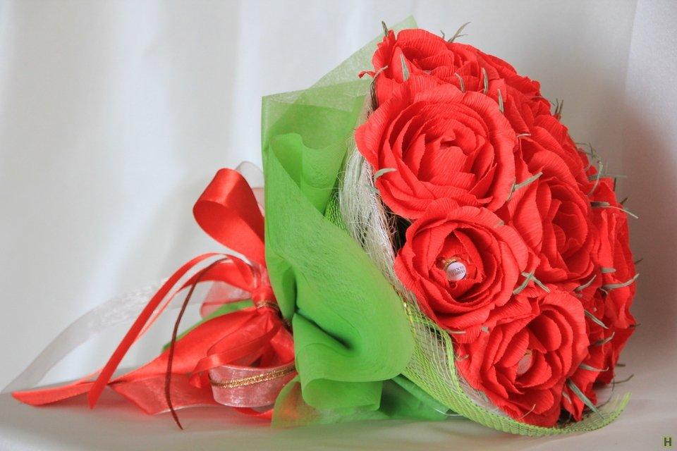 Конфеты - розы из гофрированной бумаги на 8-е марта, мастер - класс с фото, пошагово