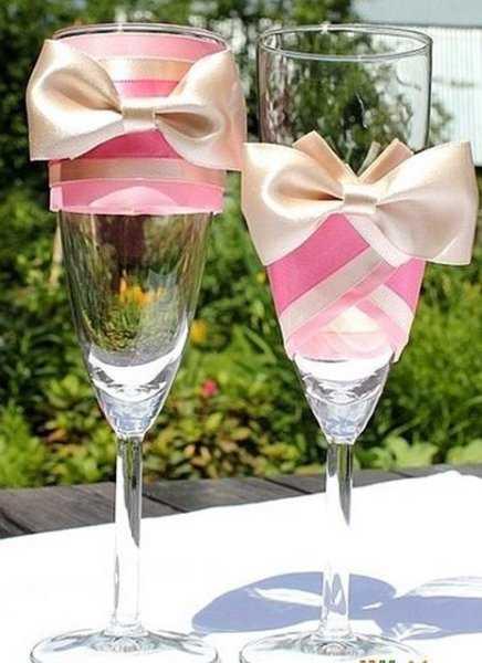 Как украсить свадебные бокалы для шампанского своими руками?