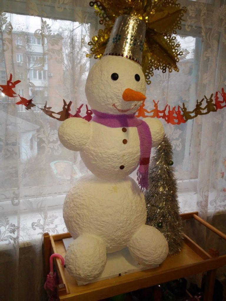 Интересные идеи снеговиков: украшаем придомовую территорию
