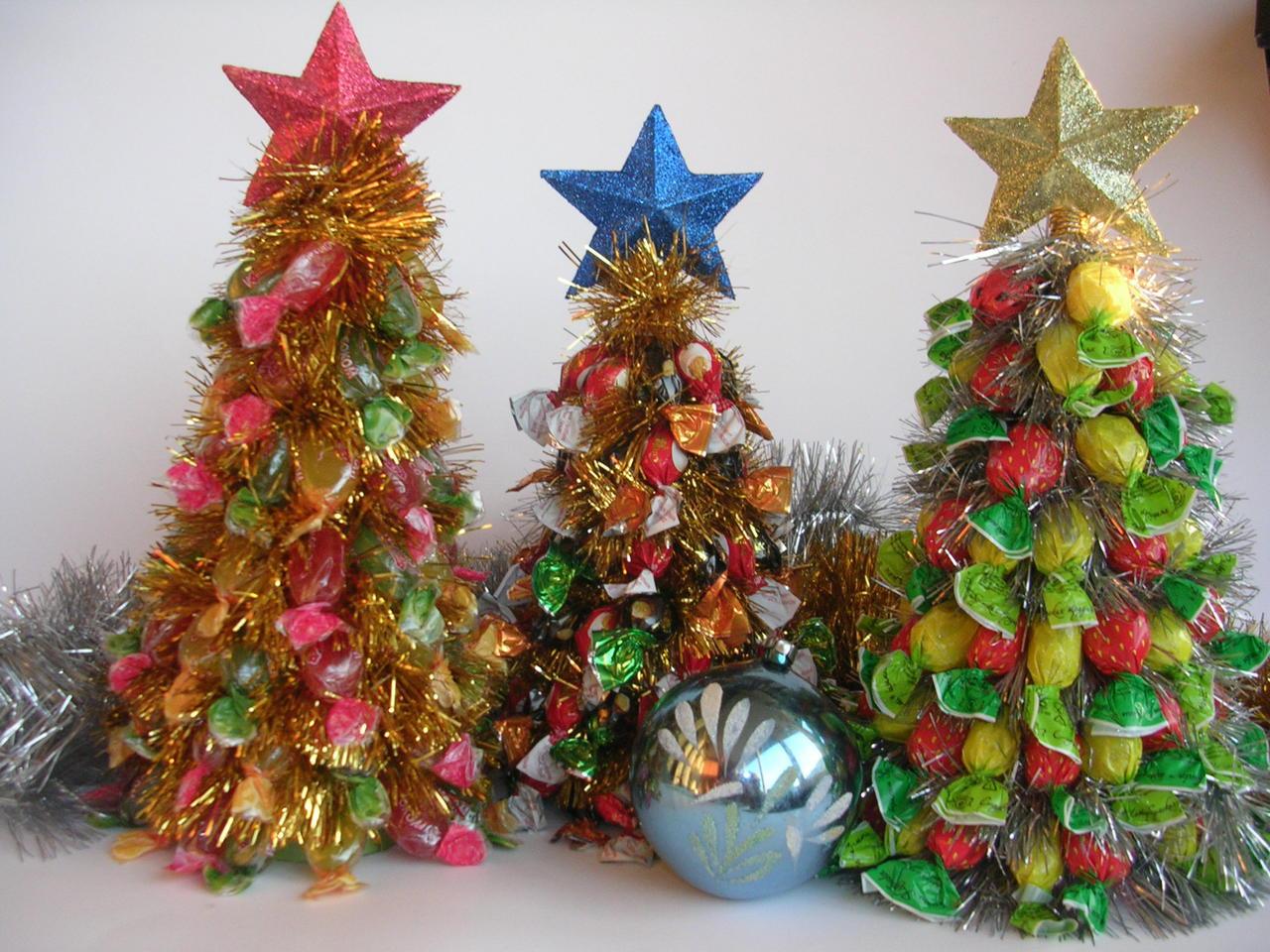 Поделки из конфет: идеи украшения елки и обзор новогоднего оформления (115 фото)