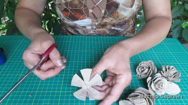 Розы из бумажного лотка для яиц - своими руками