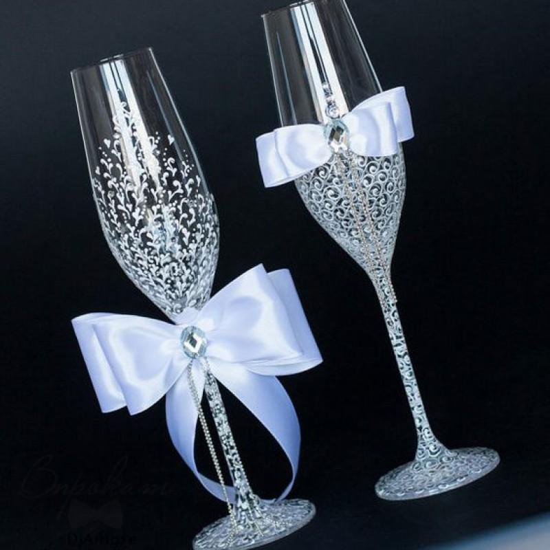 Свадебные бокалы - это фужеры жениха и невесты украшенные