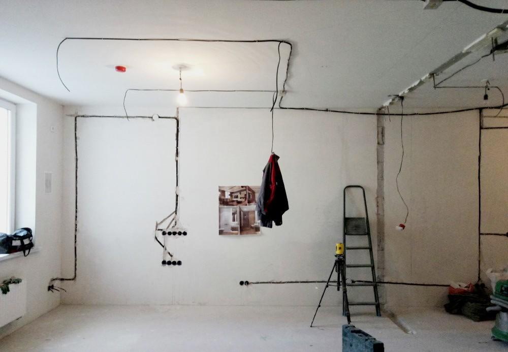 Электрика по полу или потолку - 3 причины за и против. что дешевле и дороже. правила монтажа кабеля по полу.
