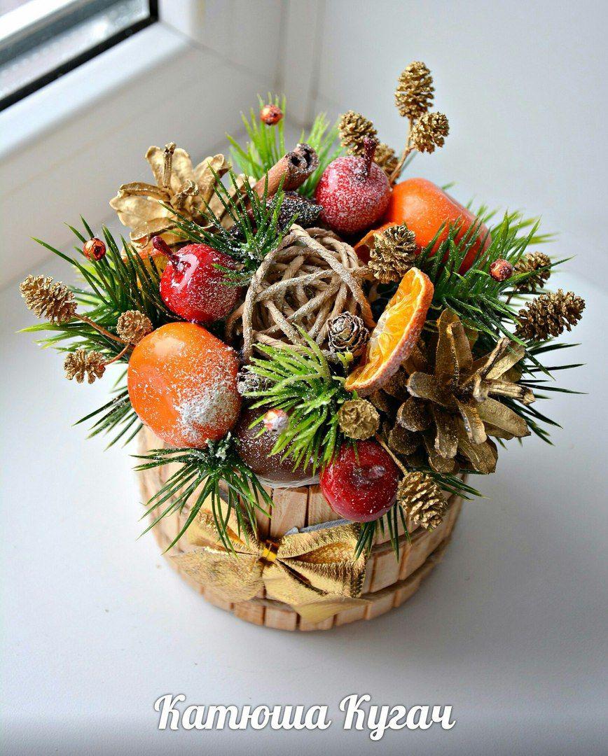 Новогодние композиции на стол в кружке, вазе, ящике и корзине, на окна из веток и шаров