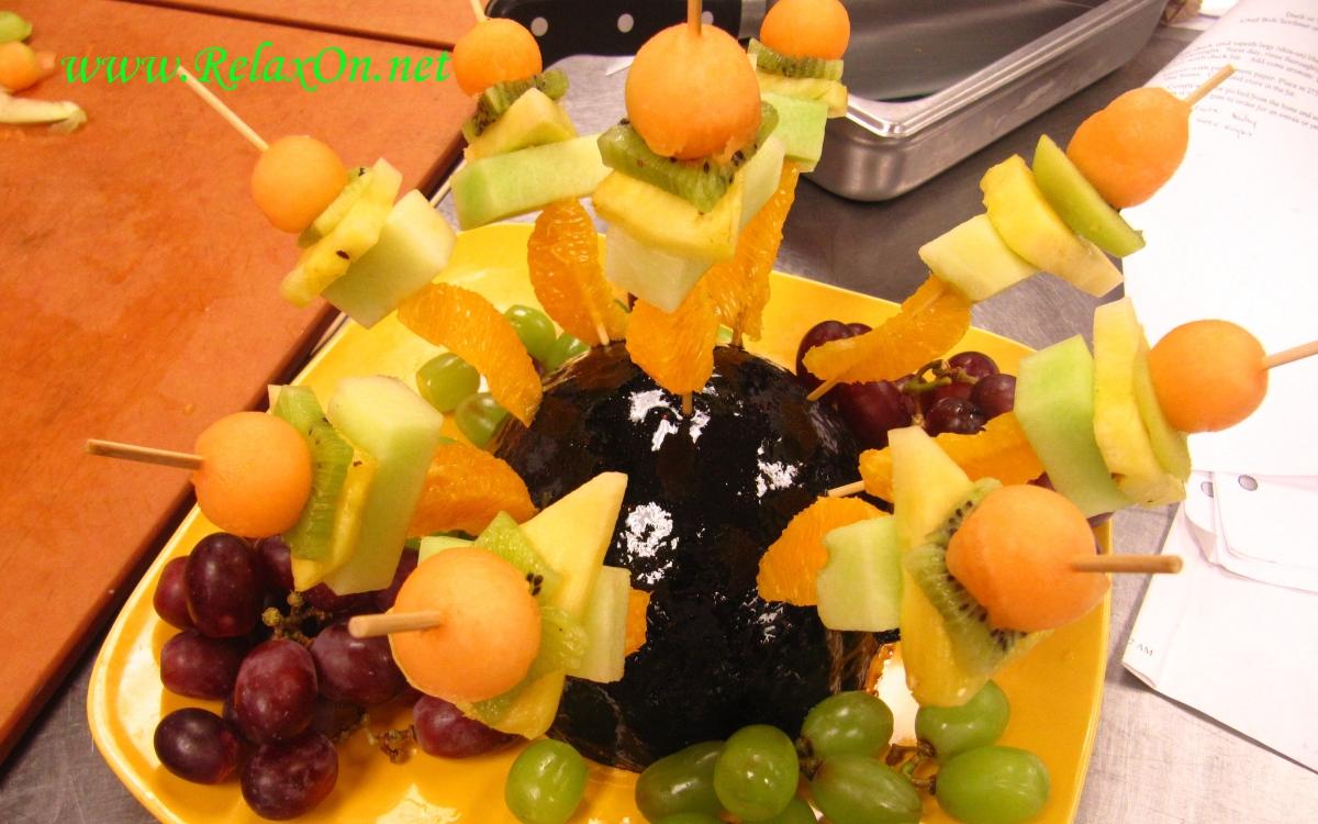 Фруктовые нарезки на стол: карвинг из фруктов, фруктовые тарелки - фото идеи | likvik