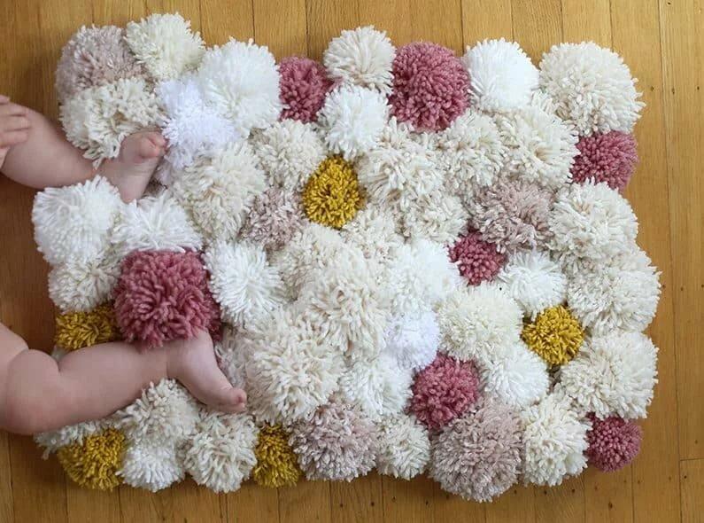 Как своими руками сделать коврик из помпонов?
