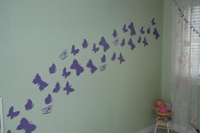 Оформление стены бабочками по трафарету