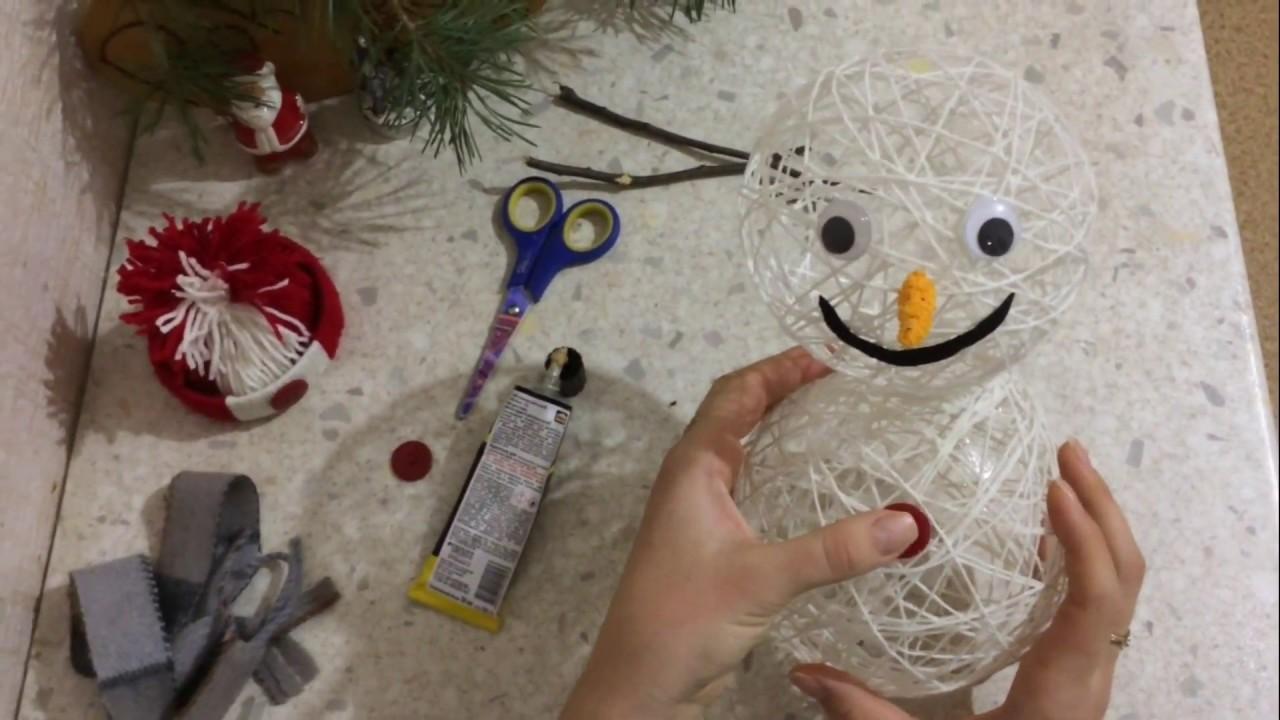 Весёлый снеговик из ниток