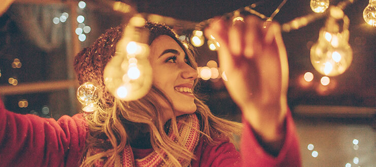 Девушка с новогодними лампами