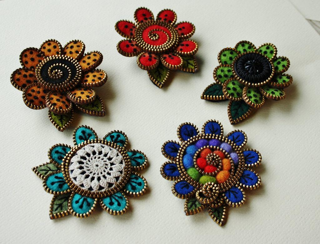 Handmade: брошки из фетра и молний