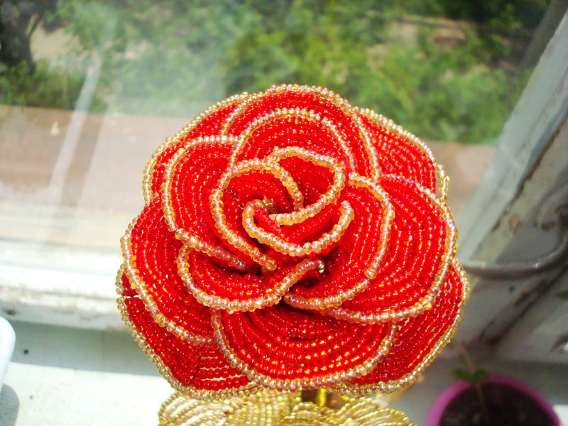 Как легко сделать розу из бисера своими руками?
