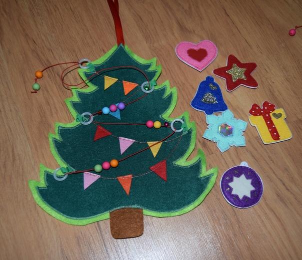 Елка из фетра на стену для ребенка: потрясающий новогодний декор.