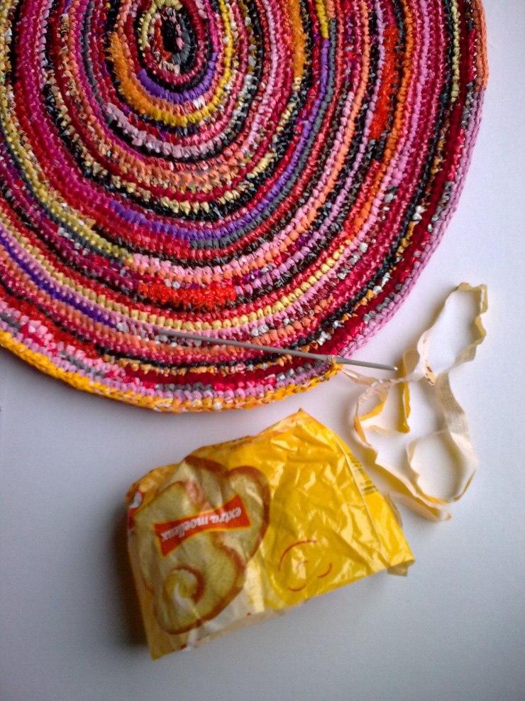 Вязание из полиэтиленовых пакетов. оригинальные вещи своими руками из пакетов - клуб рукоделия три иголки