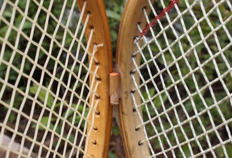 Интересный вариант использования теннисных ракеток: удивительно, но из них можно сделать столик