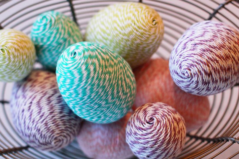 Яйцо из ниток, клея и шарика – порядок изготовления и декорирования