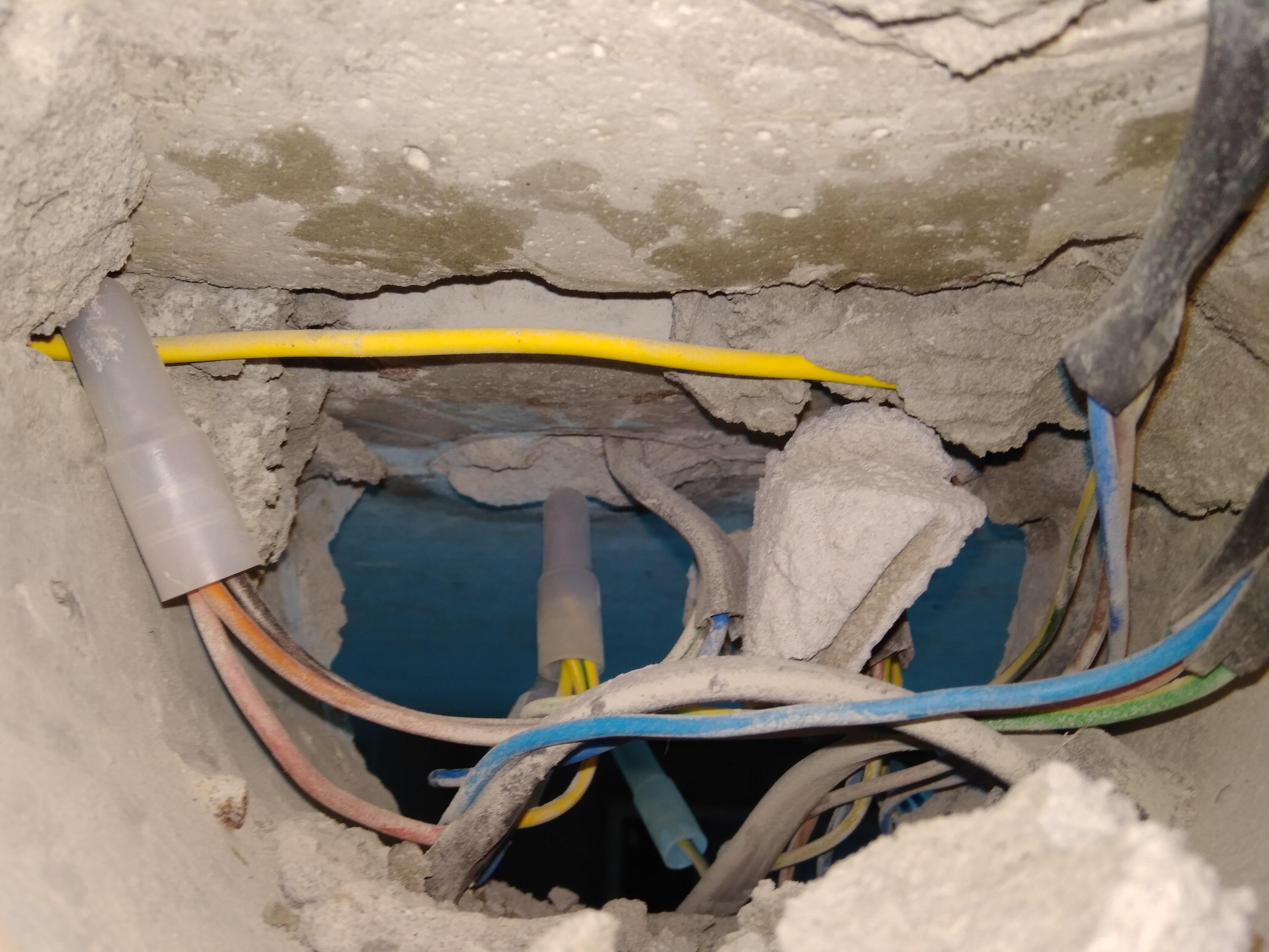 Проводка по потолку: как провести электропроводку и спрятать провода своими руками, крепление выключателя: фото и видео