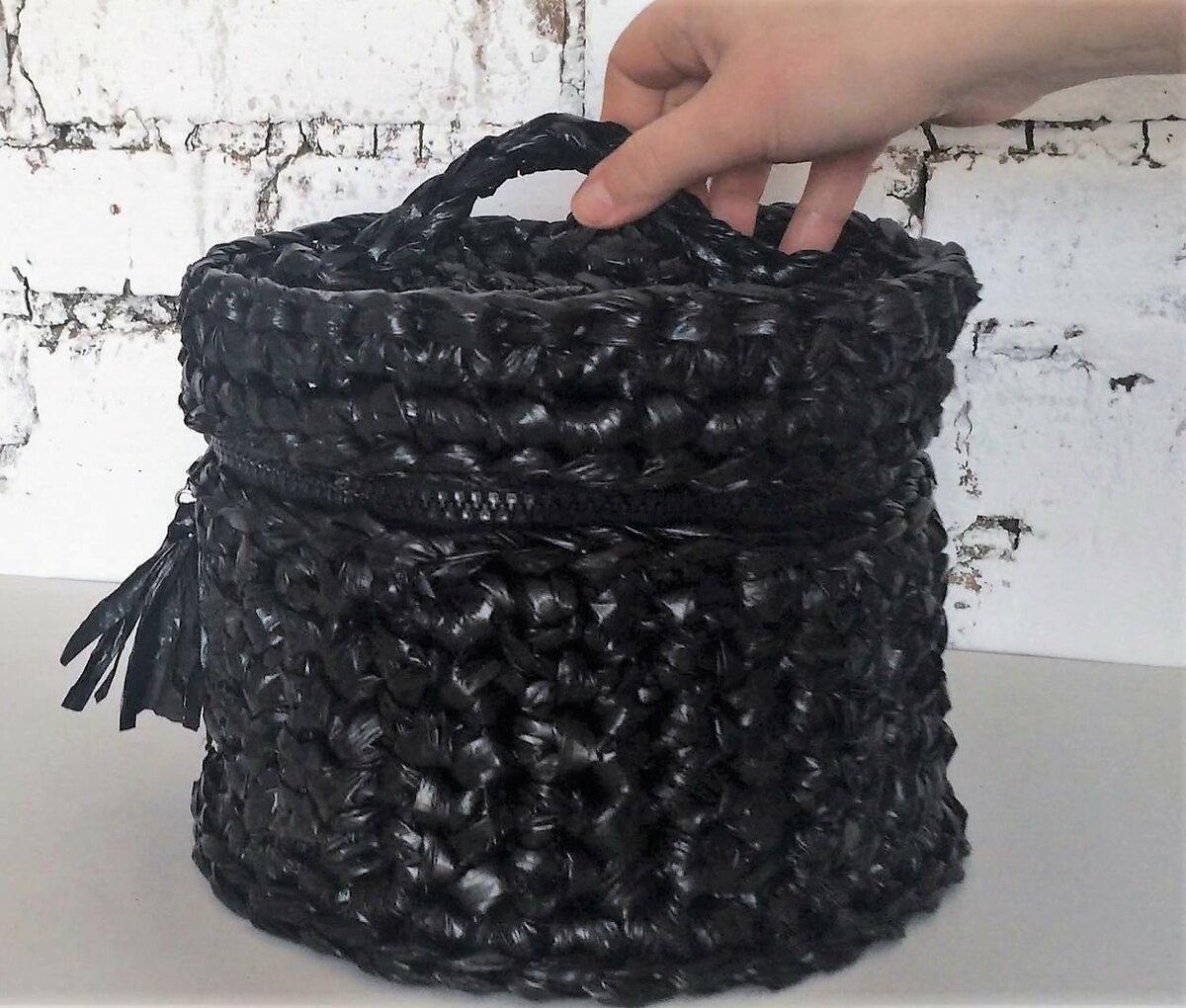 Как с помощью крючка из мусорных пакетов связать корзину с крышкой