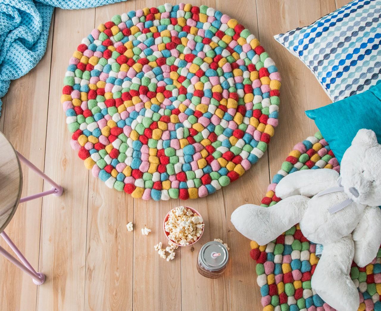Как сделать коврик из помпонов своими руками: инструкции, пошагово мк с фото и видео по изготовлению ковриков из подручных материалов