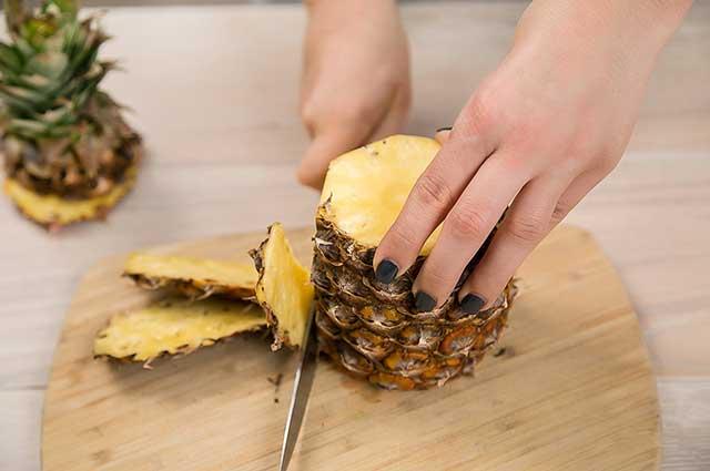 Как чистить ананас: как избавиться от кожуры в домашних условиях ножом, как правильно и красиво порезать, как быстро разделать при помощи специального устройства?