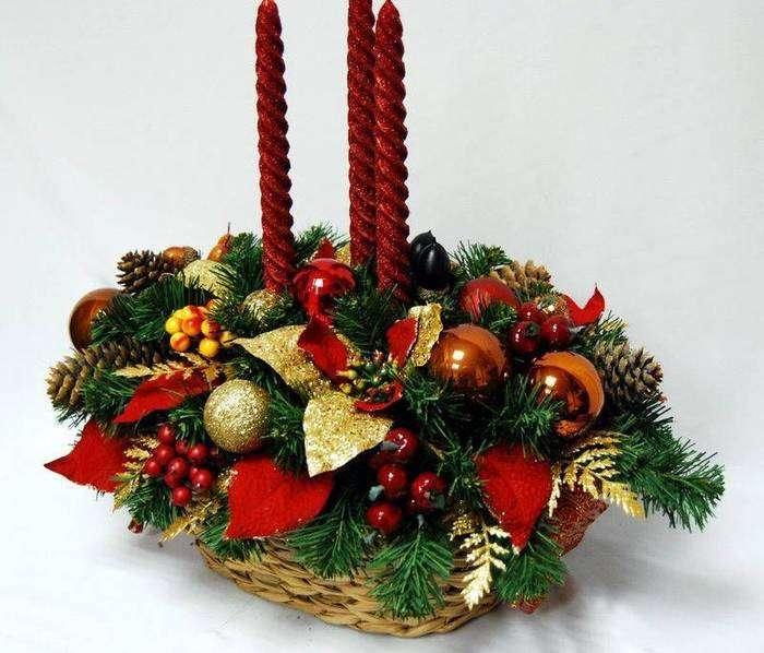 Новогодние композиции на стол (49 фото): как их сделать своими руками? композиции из еловых веток и живых цветов, из бисера и из шаров, идеи на новый год