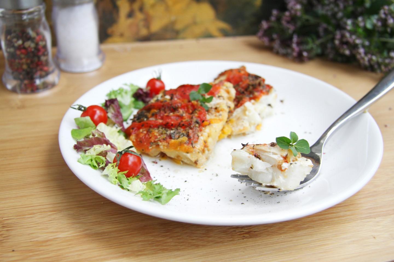 Минтай, запеченный с луком и морковкой в духовке — лучшие рецепты
