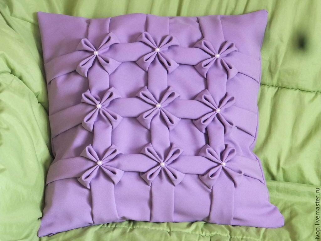 Декоративные подушки на диван своими руками: как сшить из ткани или связать спицами по выкройке, создать интерьерные думочки