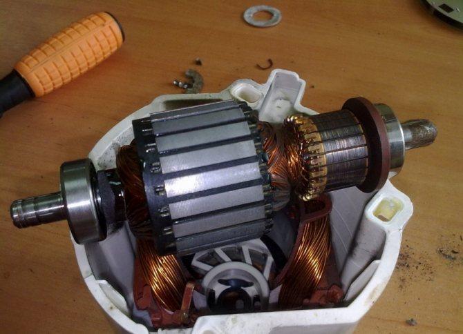 Электрогенератор с двумя моторчиками