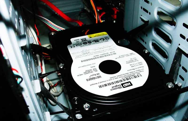 Шумит или трещит жесткий диск?