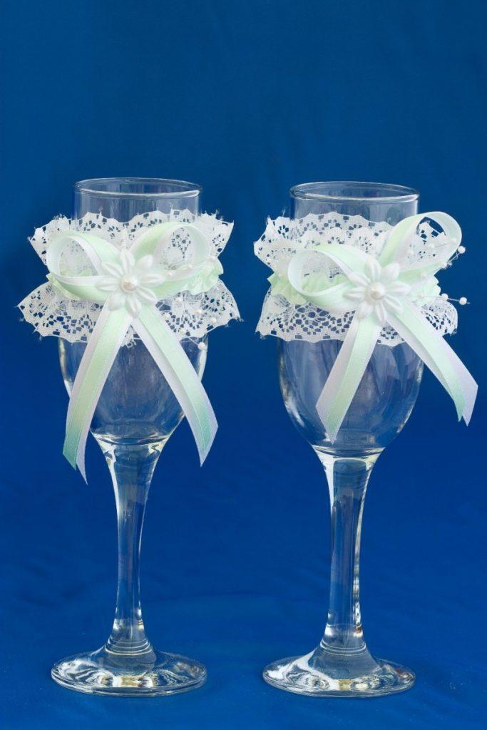 Бокалы на свадьбу своими руками ? идеи украшения фужеров для шампанского, декорирование кружевом, лентами и стразами пошагово, дизайн, трафарет, видео