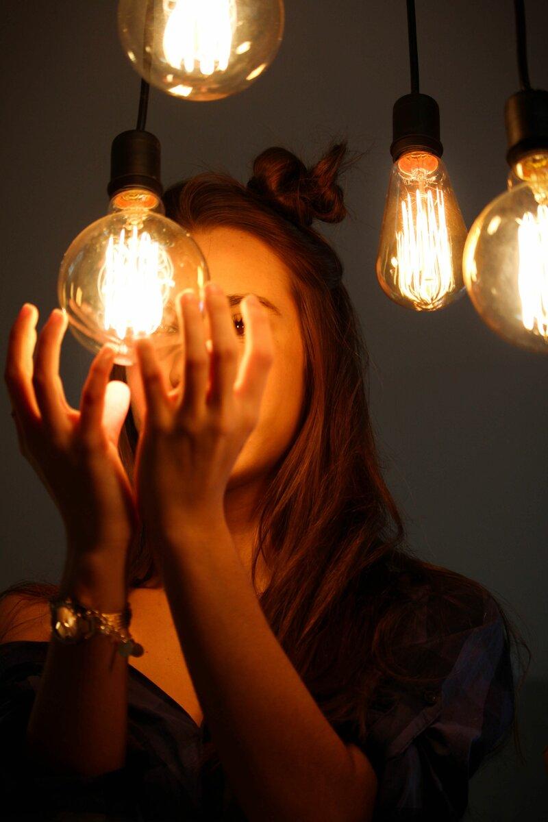 Как зажечь лампочку без электричества?