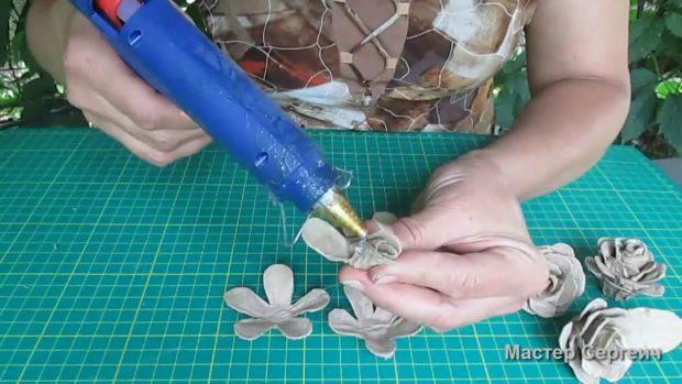 Розы из яичных упаковок   страна мастеров