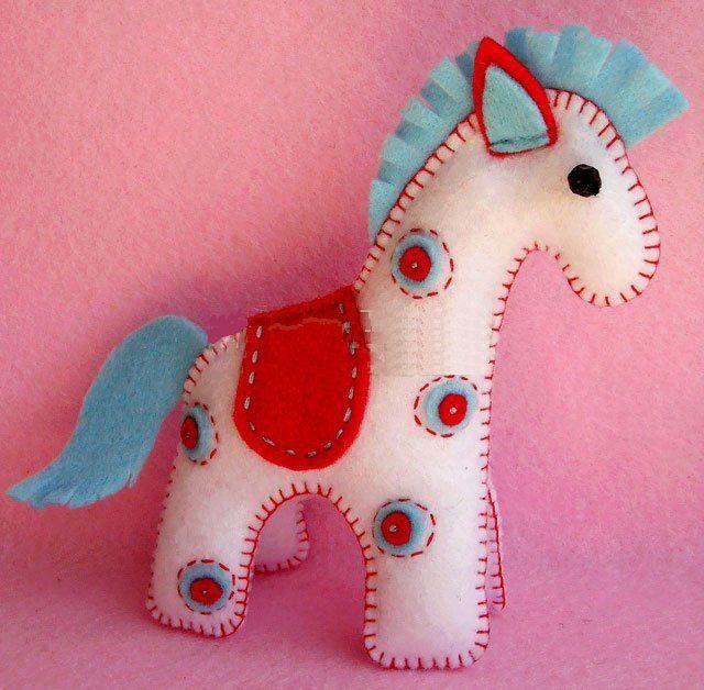Синяя лошадка из фетра