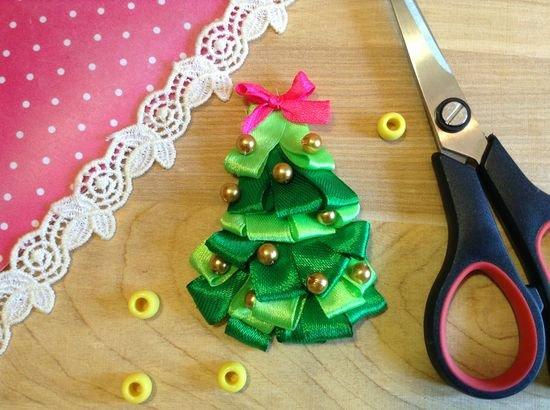 Новогодняя елочка из атласных лент своими руками. вам также понравятся идеи новогодней упаковки. как сделать ёлочку из атласных лент своими руками