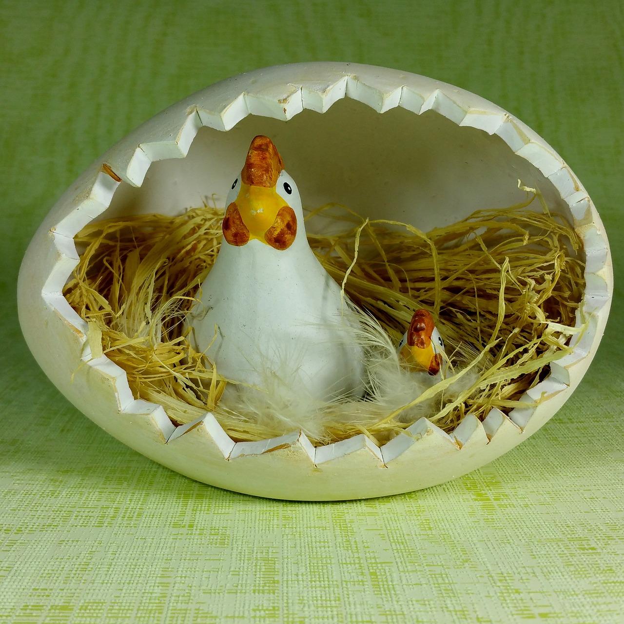 Пасхальная курочка с яйцами