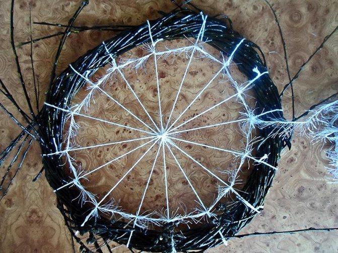 Как сделать паутину из проволоки. делаем паутину из ниток. в качестве украшений можно добавить
