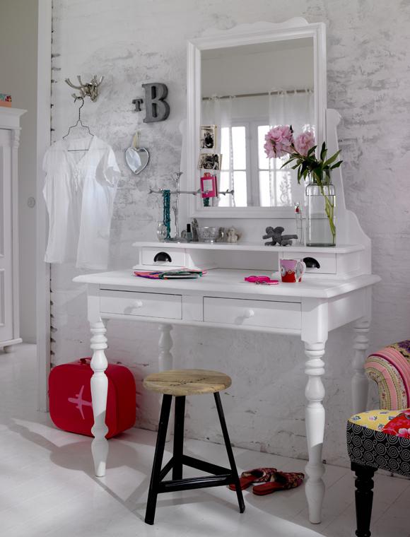 Как сделать туалетный столик своими руками из подручных материалов?