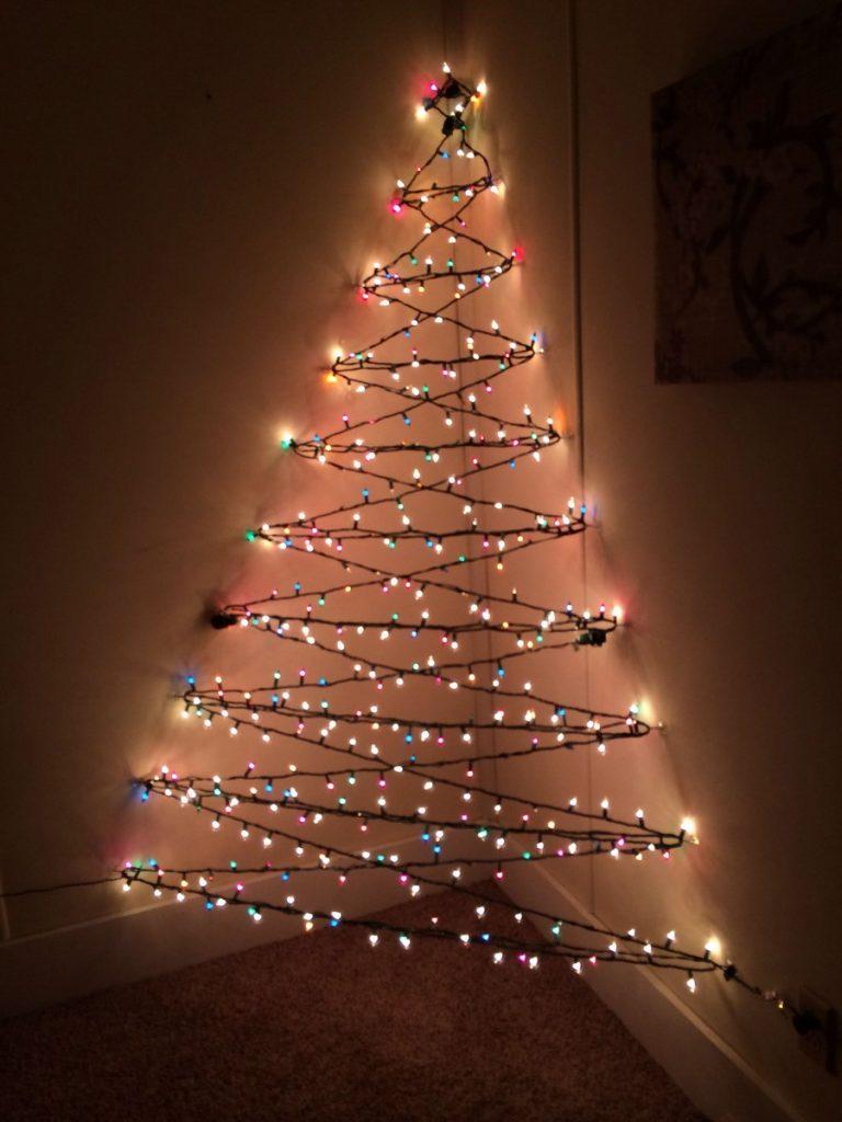 Плоские новогодние игрушки на стене с фото: елки и просее