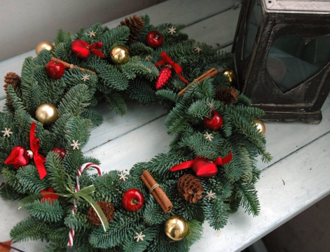 Как сделать новогодний венок своими руками пошагово — из веток, шишек, мишуры