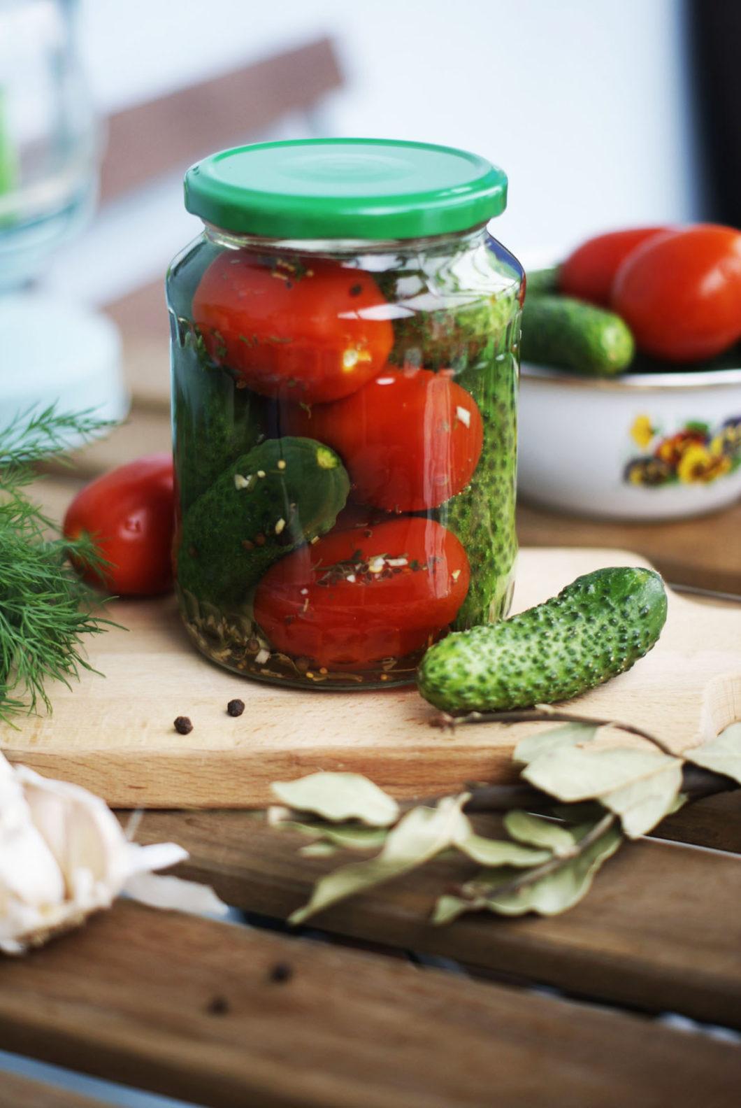 Огурцы в томатной заливке на зиму: обалденные рецепты с чесноком