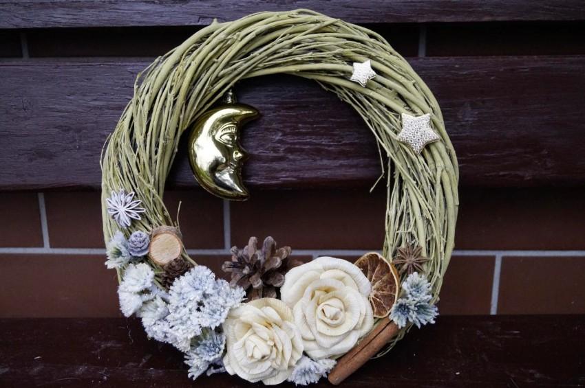 Новогодний венок из веток с вязаной овечкой. мастер-класс с пошаговыми фото