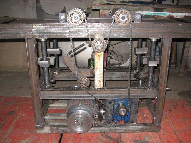 Самодельный сверлильный станок, сделанный из дрели, фанеры и других материалов