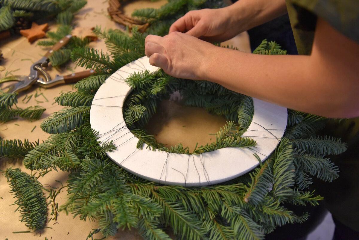 Венок из еловых веток своими руками: мастер-класс как сделать классический и торжественный венок (100 фото и видео)