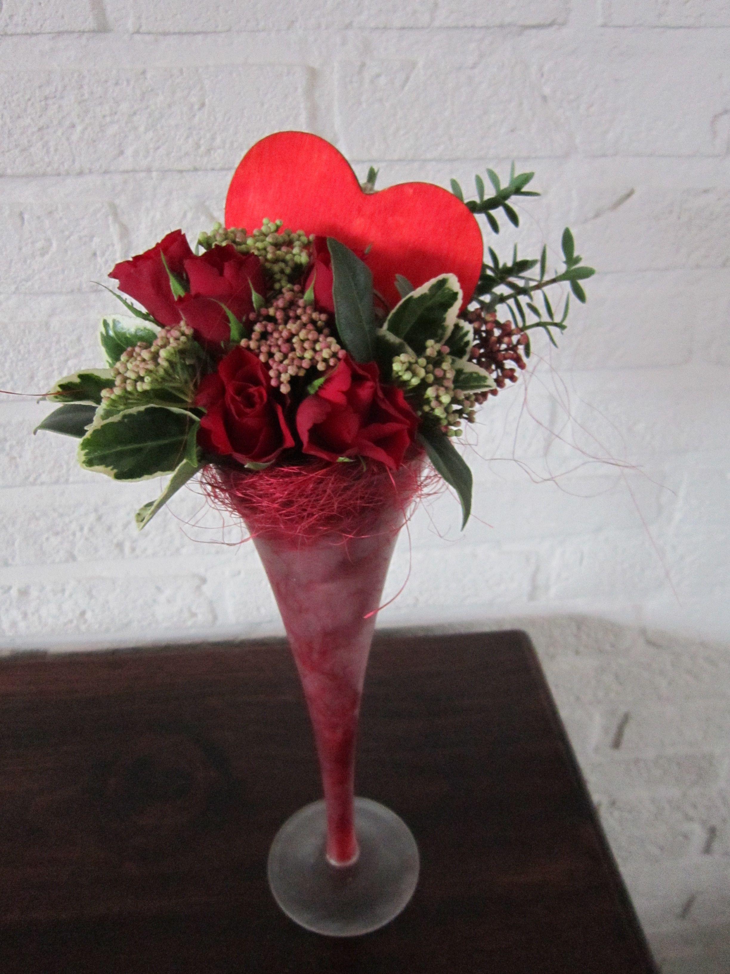 """Цветочная композиция ко дню святого валентина  """"сердце, пронзенное стрелой"""" - день святого валентина"""