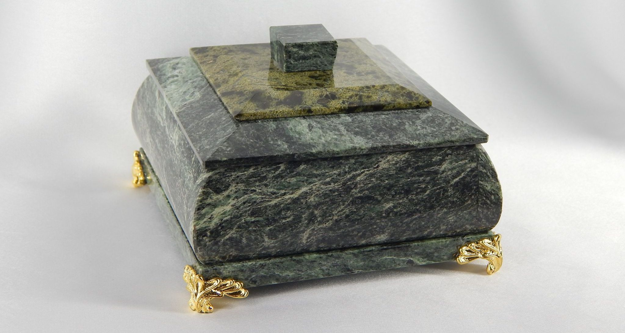 Шкатулки из камня (34 фото): шкатулки из малахита и змеевика, из натурального янтаря и оникса, другие варианты