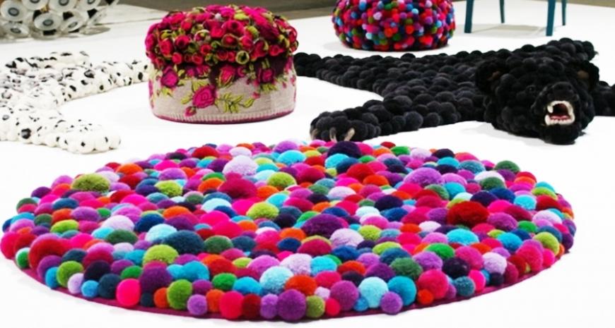 Ковер из помпонов: особенности и разновидности, цветовые решения, как сделать коврик в виде шкуры животного