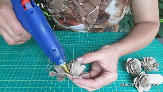 Новогодние поделки из упаковки от яиц. розы из яичных ячеек своими руками